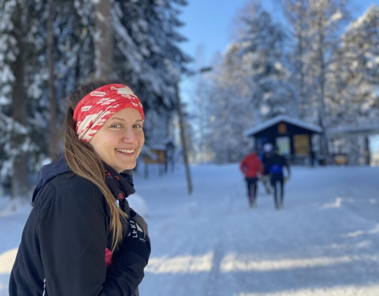 person ler mot kameran. snö och skog