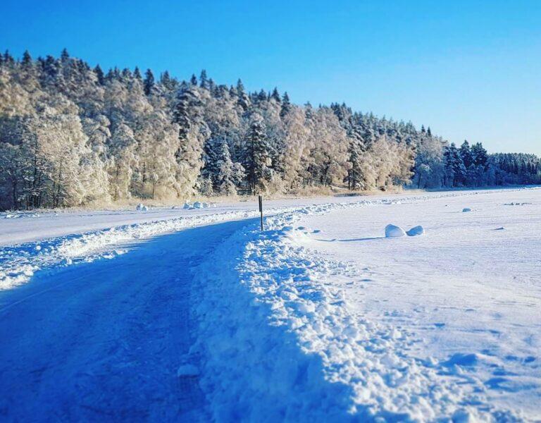 skridskobana på en sjö med snö.