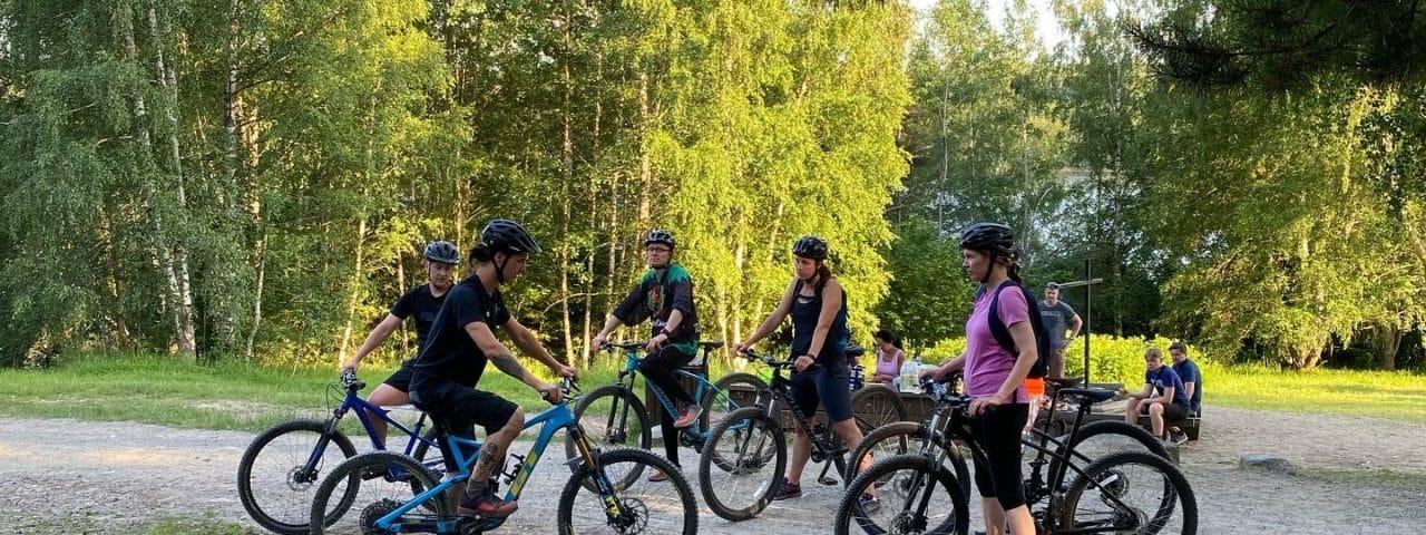 grupp cyklister står tillsammans på en grusväg