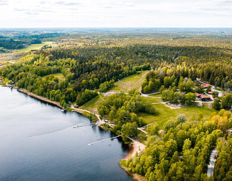 bild ovanifrån på skog och sjö