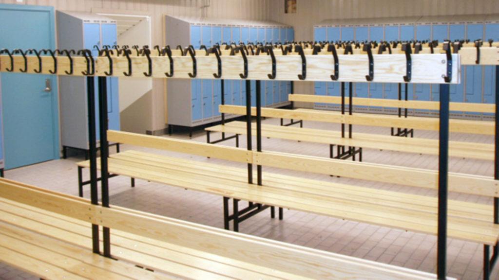 omklädningsrum med bänkar och blåa skåp