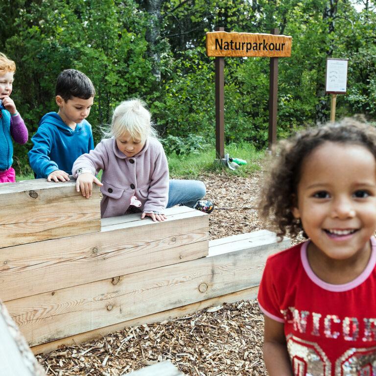 glada barn klättrar i lekplats