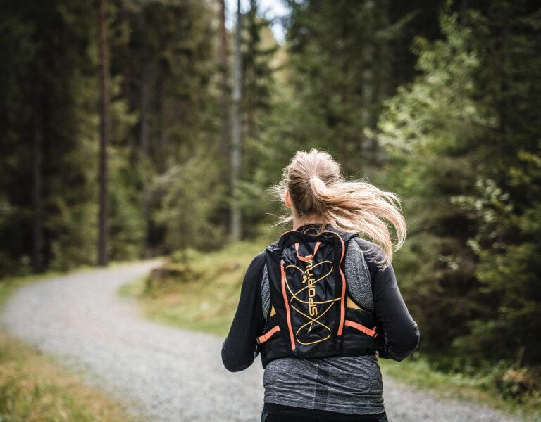 löpare på ett skogsspår
