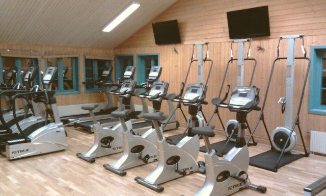 Gym med träningsmaskiner