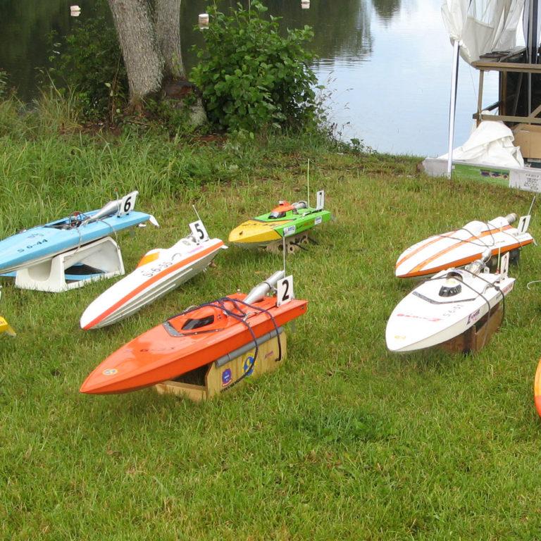 Modellbåtar på en gräsmatta