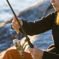 person håller i fiskespö