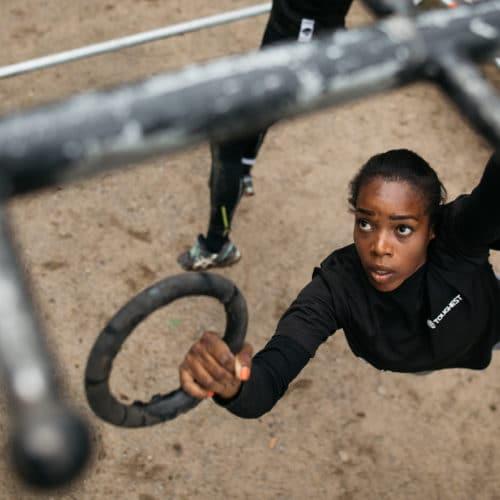 kvinna i svart tröja hänger i ringar